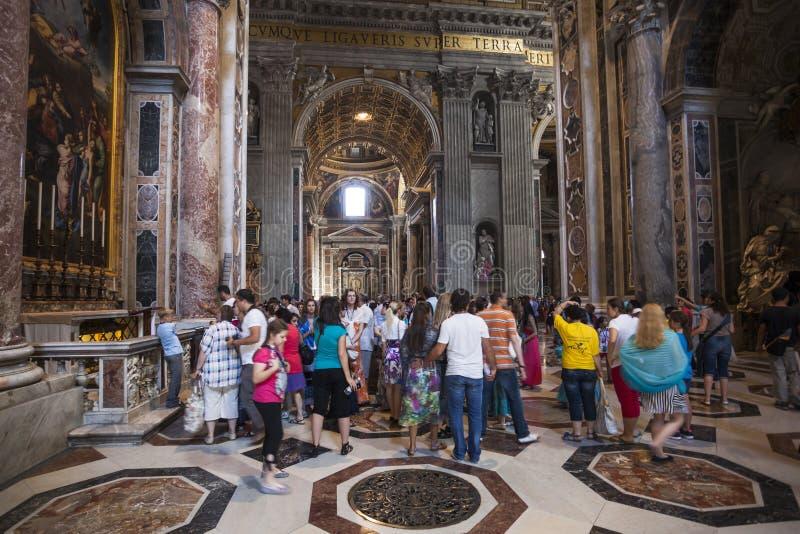 Multidão da basílica de St Peter interno dos turistas, Roma, Italia imagens de stock royalty free