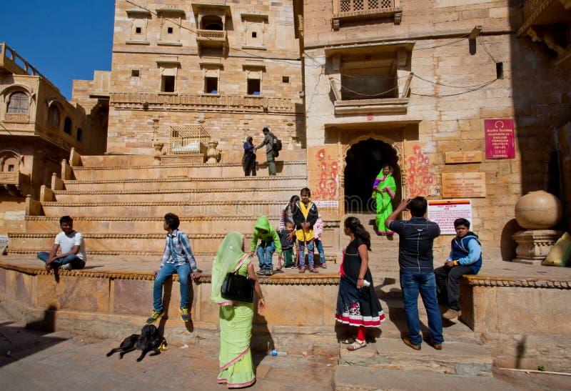 Multidão de área velha da cidade da visita dos turistas fotografia de stock royalty free