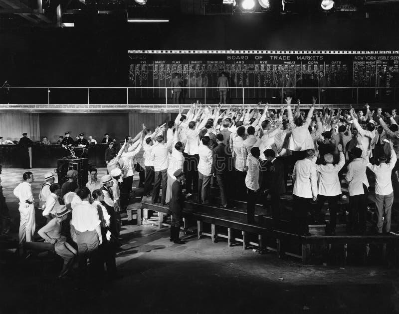 Multidão de comerciantes entusiasmado na bolsa de valores (todas as pessoas descritas não são umas vivas mais longo e nenhuma pro fotografia de stock