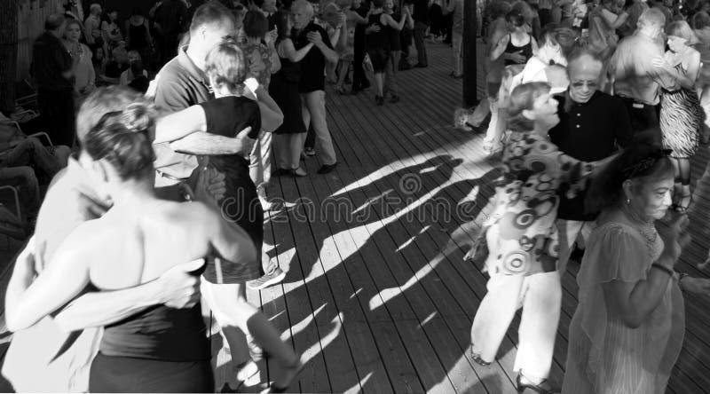 Multidão de dançarinos do tango fotos de stock royalty free