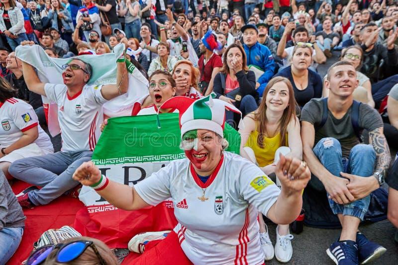 Multidão de fãs de Irã e de outros países durante mundial imagem de stock