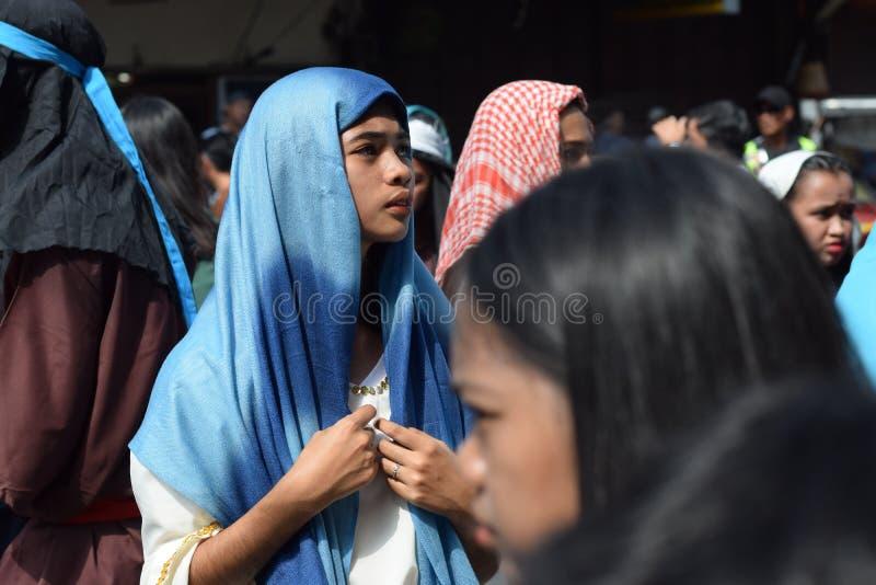 A multidão de mulheres furiosos que perseguem o gaher de Jesus Christ na plaza que cheering, ridículo, drama da rua, a comunidade imagens de stock royalty free