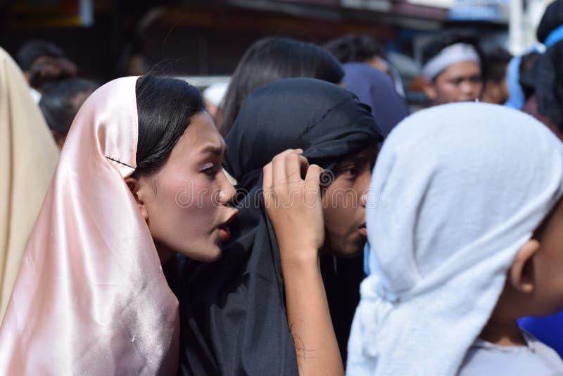 A multidão de mulheres furiosos que perseguem o gaher de Jesus Christ na plaza que cheering, ridículo, drama da rua, a comunidade fotografia de stock