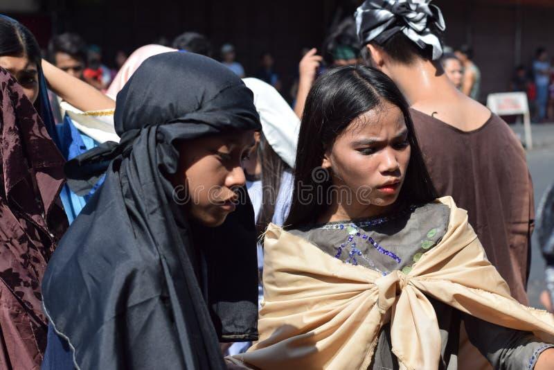 A multidão de mulheres furiosos que perseguem o gaher de Jesus Christ na plaza que cheering, ridículo, drama da rua, a comunidade foto de stock