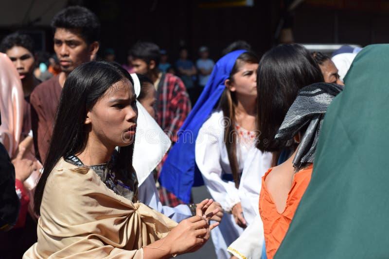A multidão de mulheres furiosos que perseguem o gaher de Jesus Christ na plaza que cheering, ridículo, drama da rua, a comunidade imagens de stock