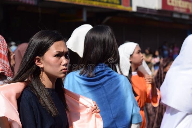 A multidão de mulheres furiosos que perseguem o gaher de Jesus Christ na plaza que cheering, ridículo, drama da rua, a comunidade fotos de stock royalty free