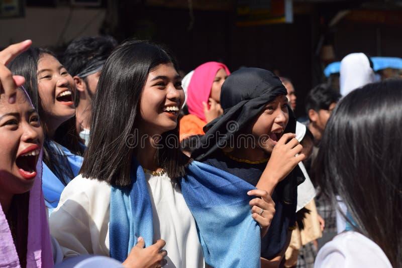 A multidão de mulheres furiosos que perseguem o gaher de Jesus Christ na plaza que cheering, ridículo, drama da rua, a comunidade imagem de stock