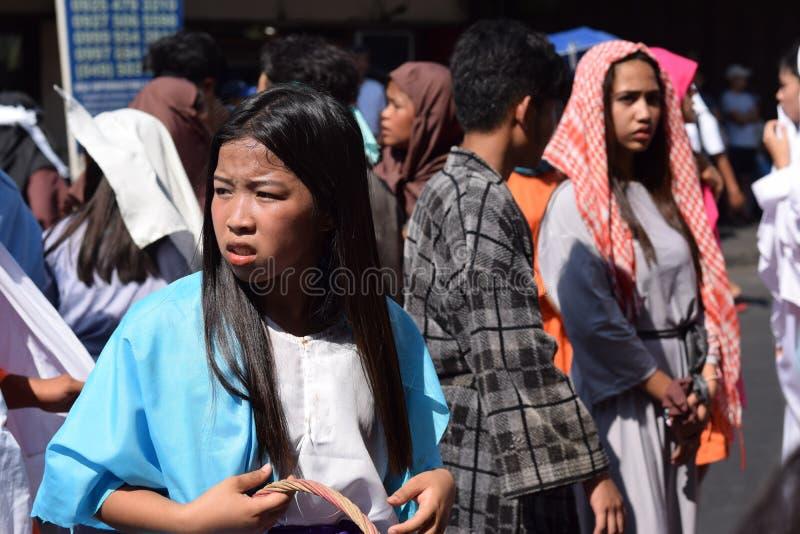 A multidão de mulheres furiosos que perseguem o gaher de Jesus Christ na plaza que cheering, ridículo, drama da rua, a comunidade fotos de stock