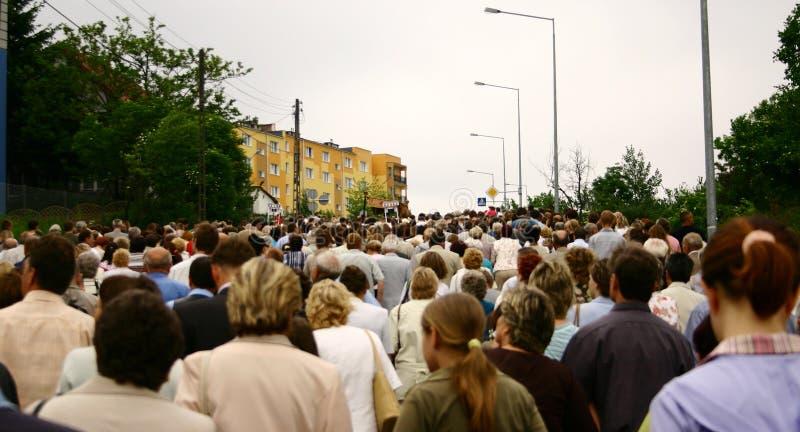 Multidão de passeio imagem de stock royalty free