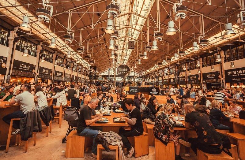 Multidão de povos com fome no mercado do Time Out, corte de fast food popular no lugar enorme imagens de stock