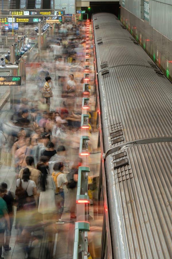 Multidão de povos com os trens no túnel de estrada de ferro subterrânea Metro do metro no fundo do transporte na cidade de Taipei fotografia de stock royalty free
