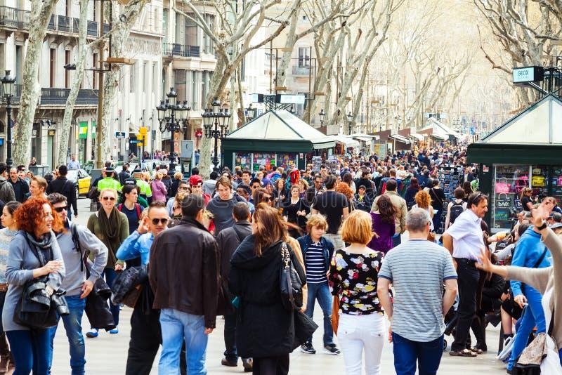 Multidão de povos em Rambla, Barcelona imagem de stock