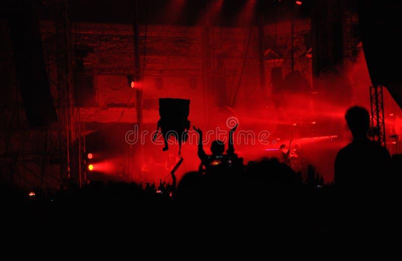 Multidão de povos em um concerto vivo imagem de stock royalty free