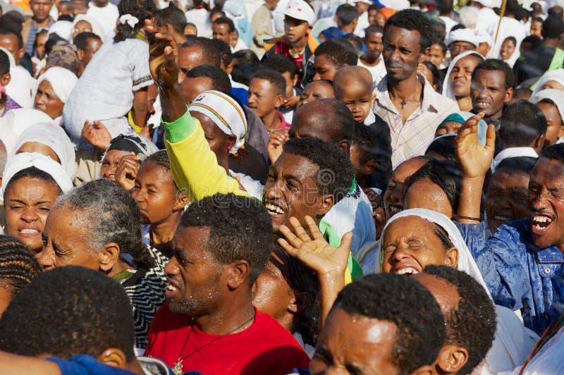 Multidão de povos etíopes felizes que comemoram o festival ortodoxo religioso de Timkat em Addis Ababa, Etiópia fotografia de stock
