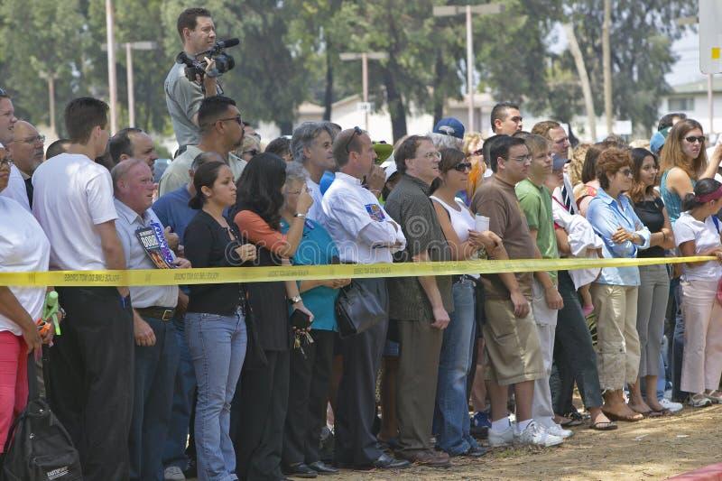 Multidão de povos fora atrás da fita amarela da polícia, montes de CSU- Domínguez, Los Angeles, CA foto de stock