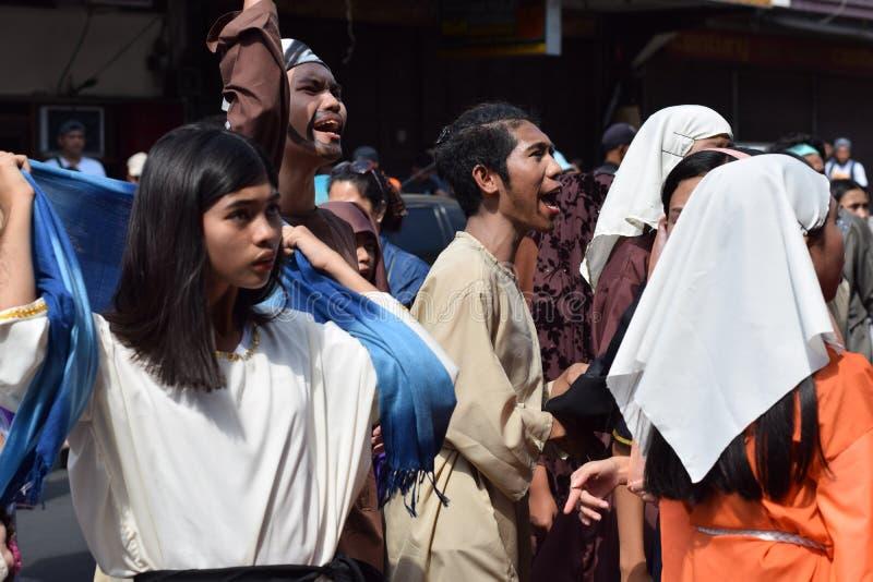 A multidão de povos furiosos que perseguem o gaher de Jesus Christ na plaza que cheering, ridículo, drama da rua, a comunidade co imagem de stock royalty free