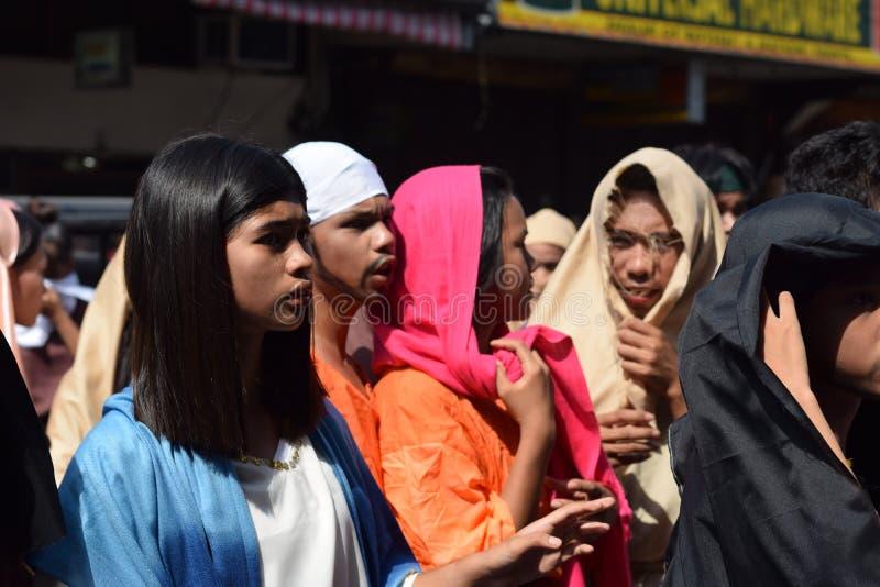 A multidão de povos furiosos que perseguem o gaher de Jesus Christ na plaza que cheering, ridículo, drama da rua, a comunidade co foto de stock