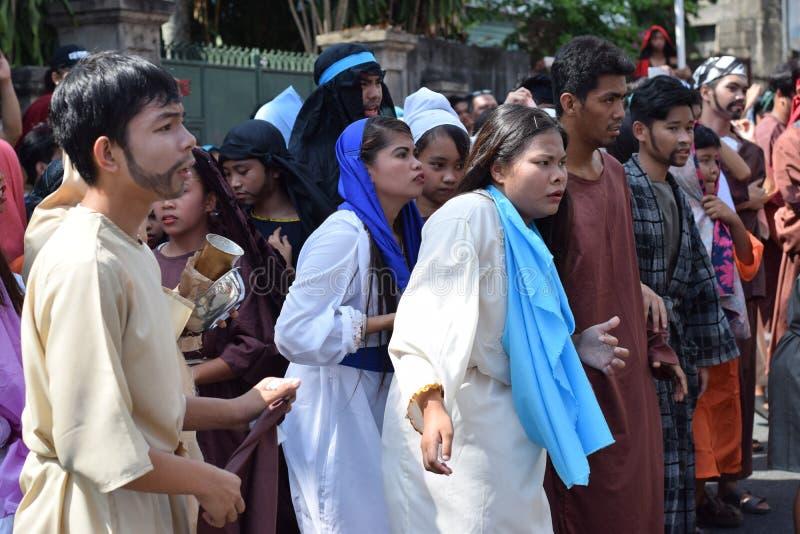 A multidão de povos furiosos que perseguem o gaher de Jesus Christ na plaza que cheering, ridículo, drama da rua, a comunidade co imagens de stock