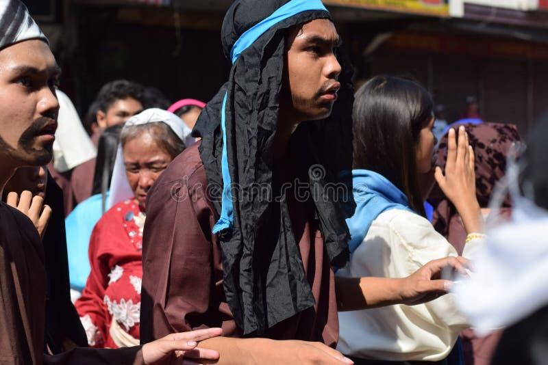 A multidão de povos furiosos que perseguem o gaher de Jesus Christ na plaza que cheering, ridículo, drama da rua, a comunidade co fotos de stock