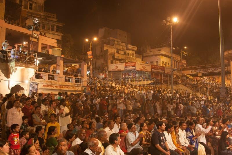 Multidão de povos na noite Puja imagens de stock royalty free