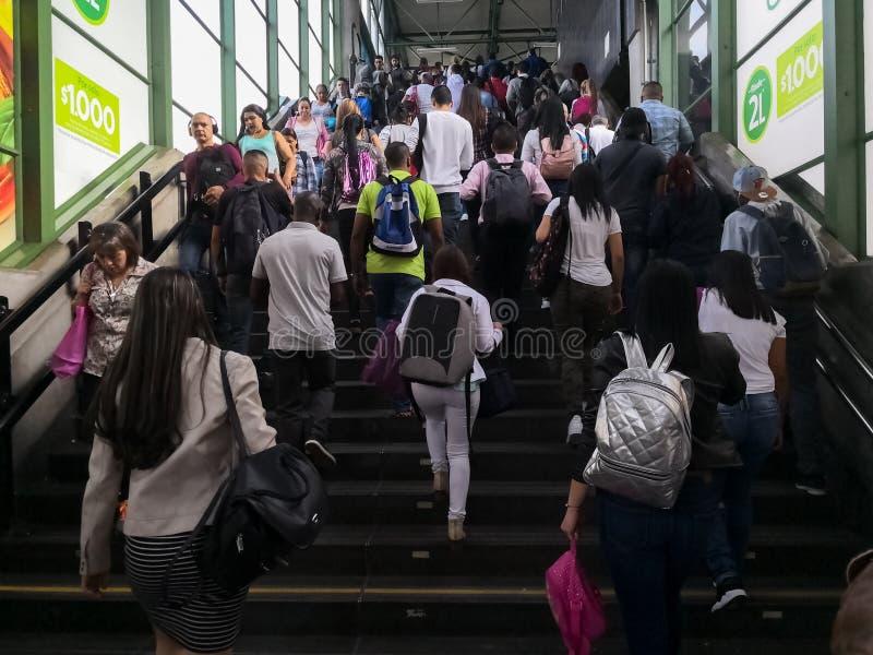 Multidão de povos, nas horas de ponta, deixando uma estação de metro foto de stock royalty free