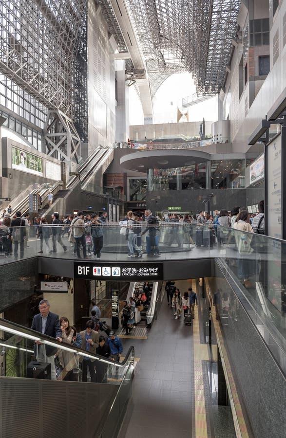 A multidão de povos no ajuntamento do passageiro dentro de Kyoto posta a construção, a estação de trem principal e o cubo do tran foto de stock royalty free
