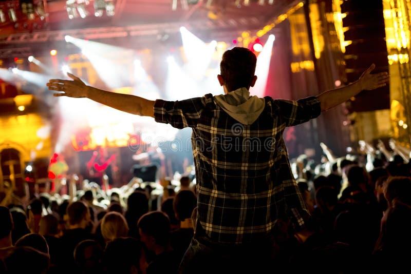 Multidão de povos no concerto na frente da fase foto de stock