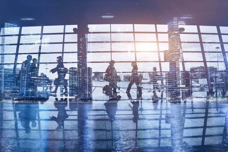 Multidão de povos que andam no aeroporto moderno foto de stock