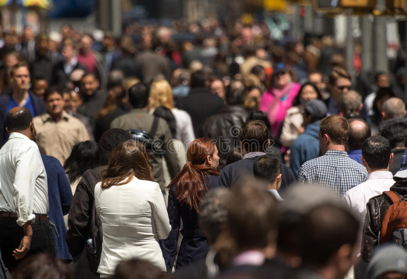 Multidão de povos que andam no passeio da rua foto de stock royalty free