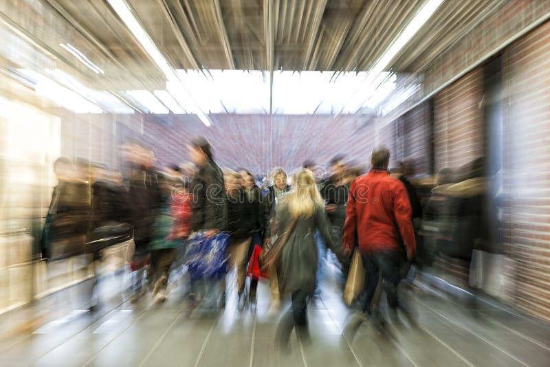 Multidão de povos que apressam-se através do corredor, efeito do zumbido, movimento bl fotos de stock royalty free