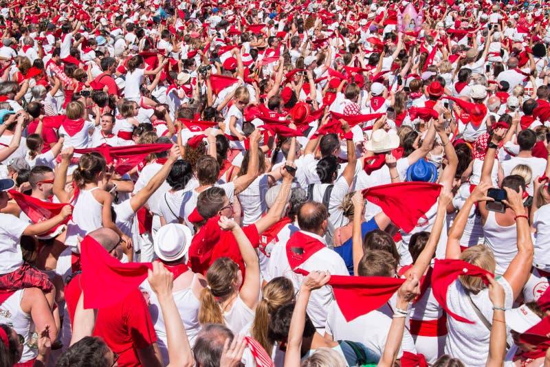 A multidão de povos vestiu-se em branco e em vermelho no festival do verão de Bayonne, França fotos de stock royalty free