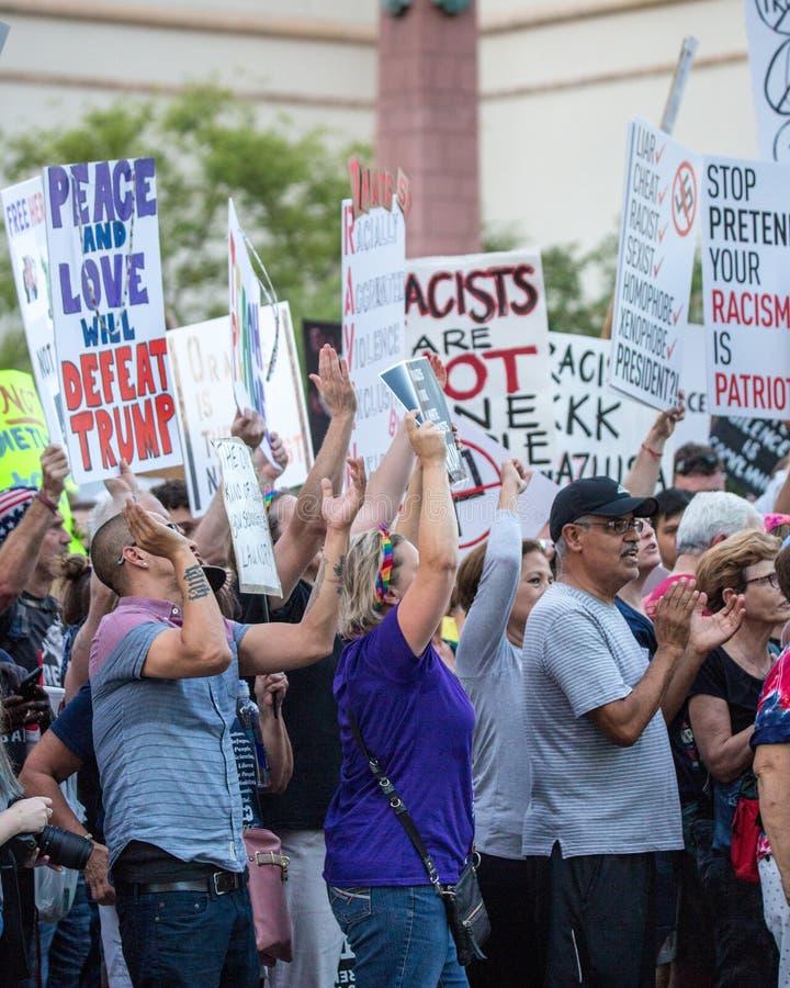Multidão de protestadores do Anti-trunfo com sinais do Anti-ódio fotos de stock royalty free
