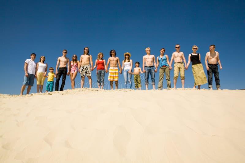 Multidão de sunbathers foto de stock royalty free