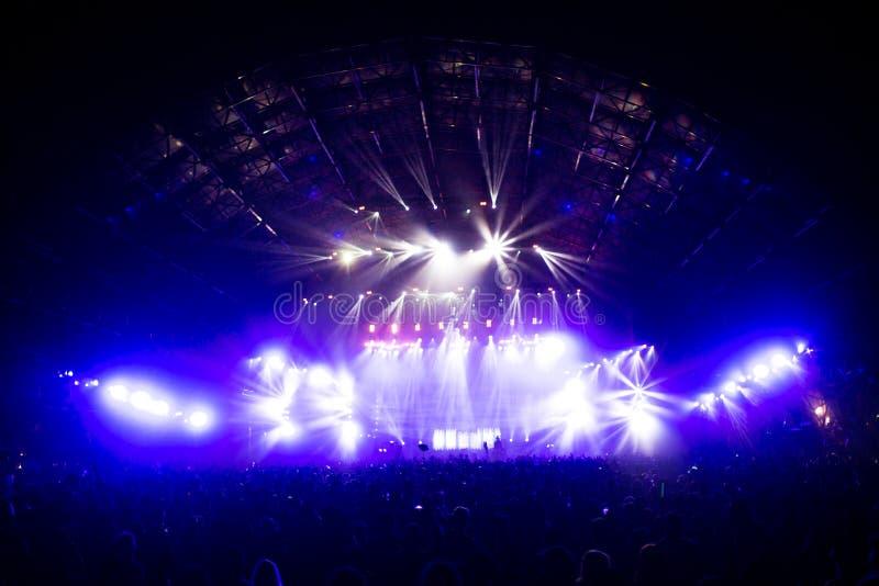 Multidão do concerto na frente dos efeitos da luz da fase do diodo emissor de luz foto de stock
