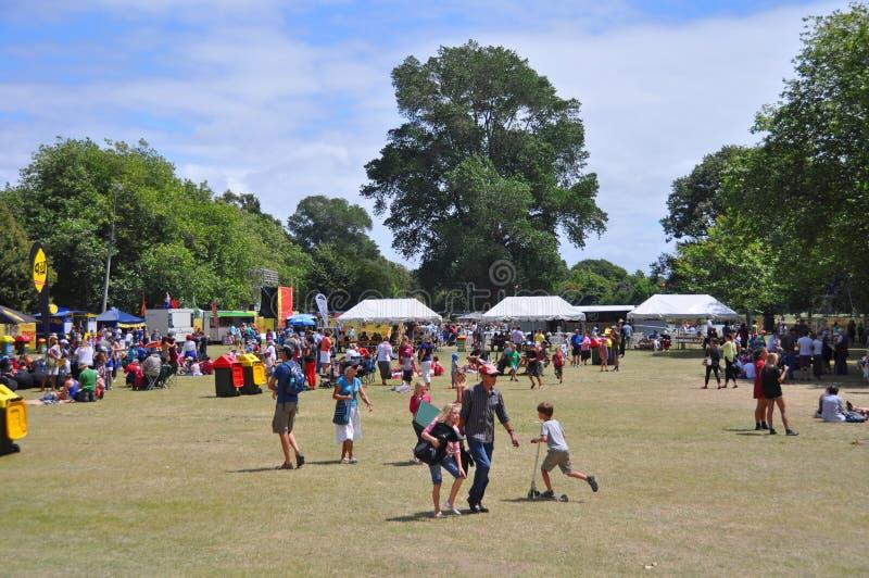 Multidão do hora do almoço no parque de Hagley nos Buskers festival do mundo, Ne imagens de stock royalty free