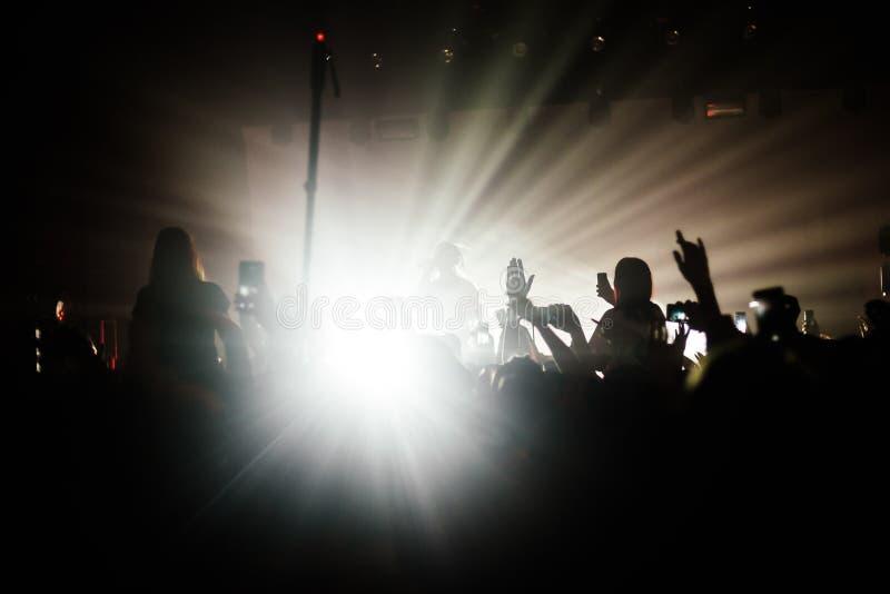 Multidão do partido na frente da fase brilhante imagem de stock