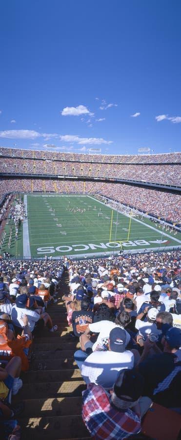 Multidão do Sell-out no estádio elevado da milha, ram dos broncos v Ram, Denver, Colorado fotografia de stock royalty free