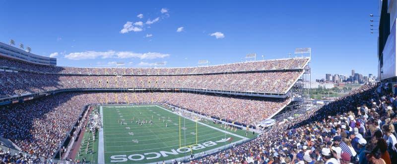 Multidão do Sell-out no estádio elevado da milha, ram dos broncos v Ram, Denver, Colorado foto de stock royalty free