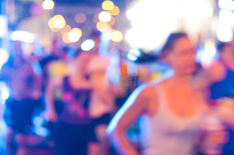Multidão e luzes abstratas borradas Maratona da noite foto de stock