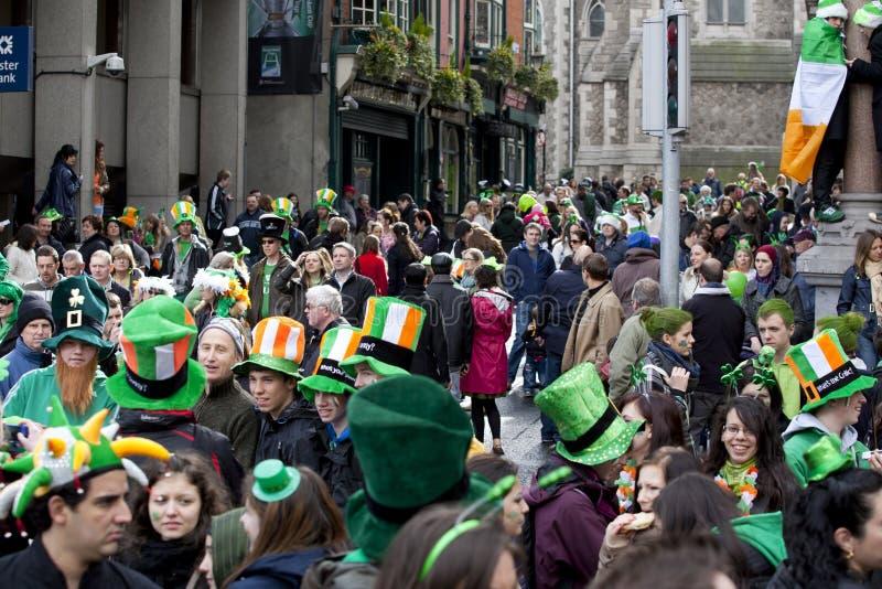 Multidão em Dublin no dia do St. Patrick fotografia de stock