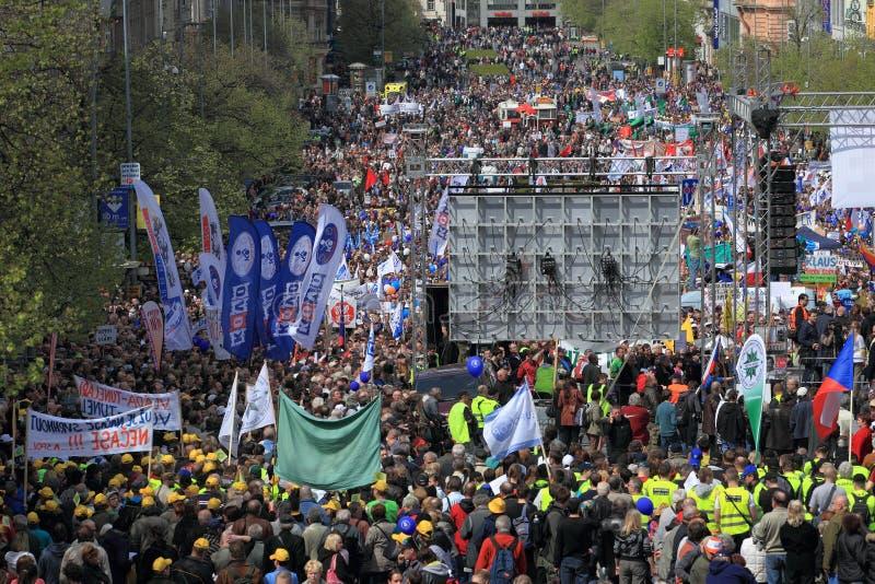 Multidão em massa de demonstrar povos em Praga imagem de stock