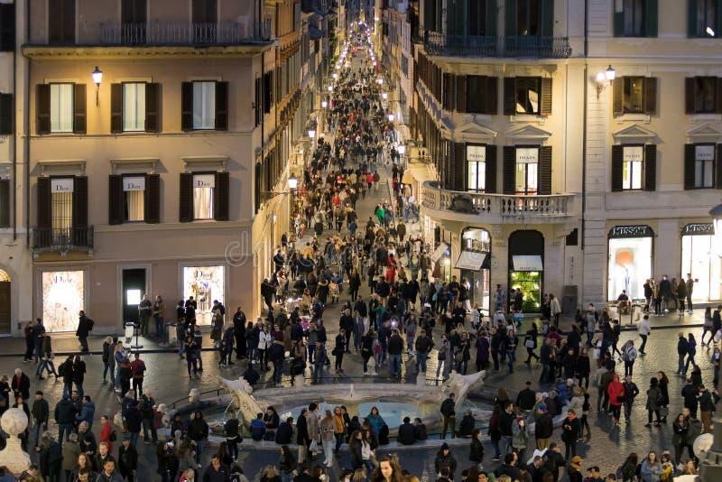 Multidão em Praça di Spagna e através de Condotti em Roma, Itália Os palácios da forma e as janelas de lojas luxuosas fotografia de stock royalty free