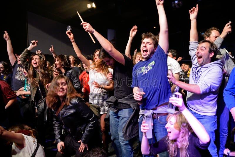 Multidão em um concerto na fase do biquini imagem de stock royalty free