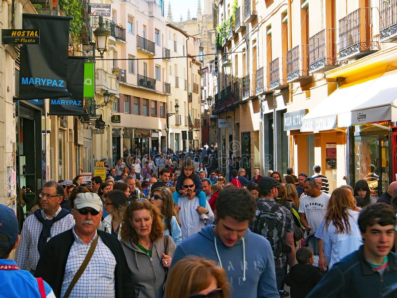 Multidão embalada da rua, Segovia, Espanha foto de stock