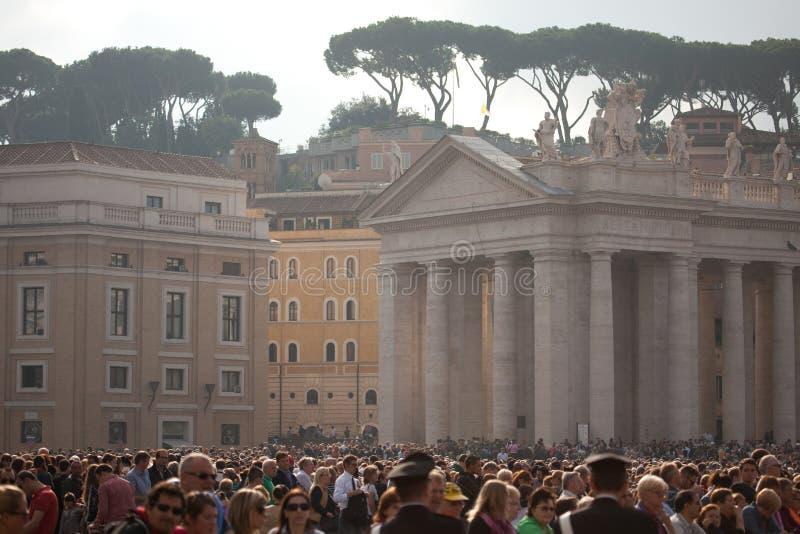 A multidão fiel no quadrado de St Peter imagens de stock royalty free