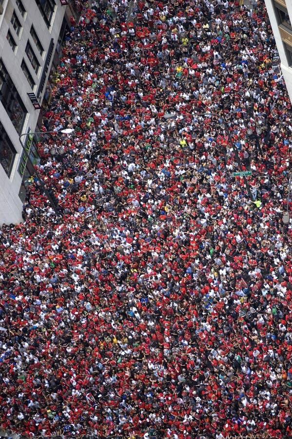 A multidão maciça de fãs dos Chicago Blackhawks enche as ruas de Chicago do centro para Stanley Cup Victory Parade da equipe em 2 foto de stock