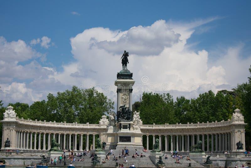 Multidão na frente do monumento que negligencia o lago em Parque del Buen Retiro, Madri fotos de stock royalty free
