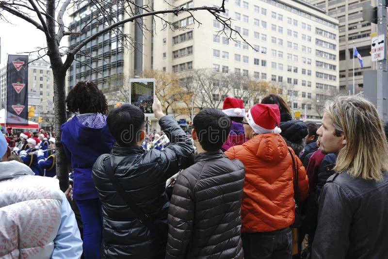 A multidão na Toronto Santa Claus Parade - 2013 imagens de stock