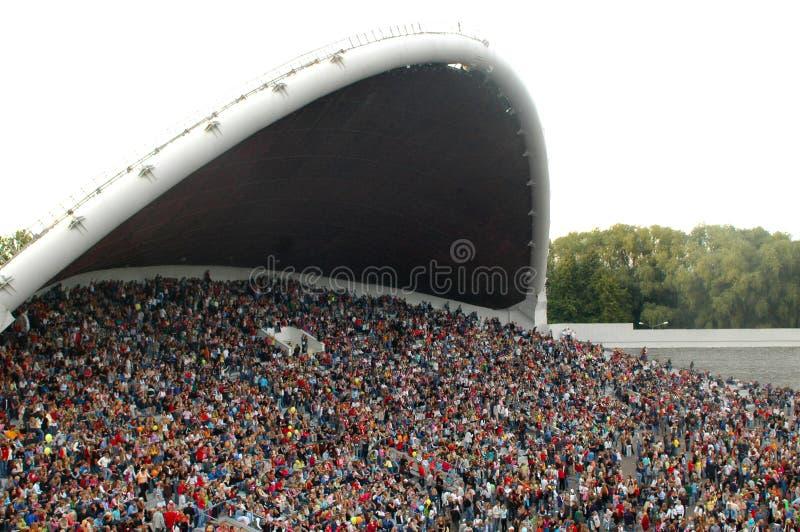 Multidão nas terras do festival da canção foto de stock