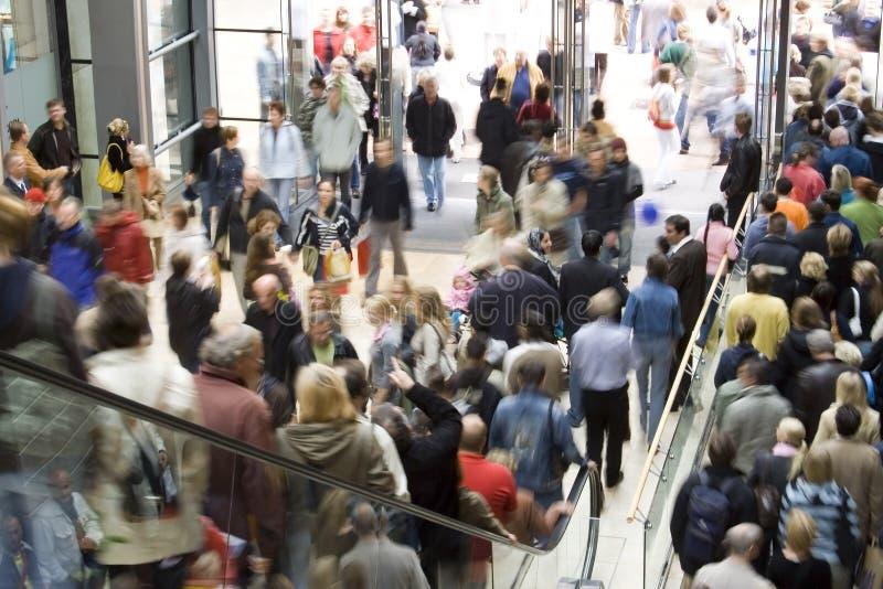 Multidão no centro comercial foto de stock